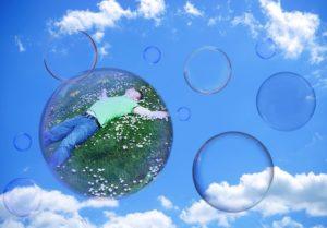 persona in una bolla, metafora delle echo chamebr su Facebook